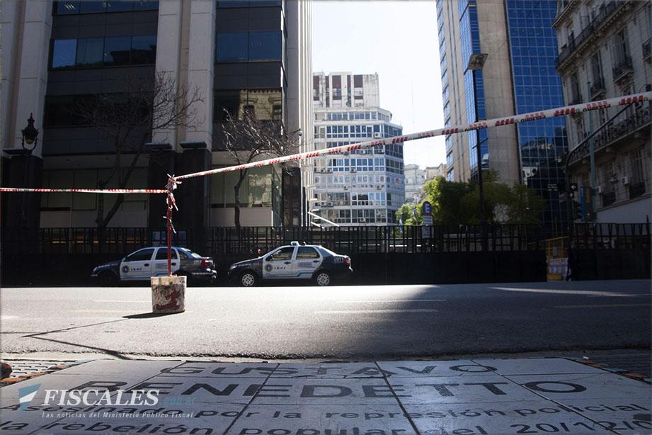 La placa en homenaje a Benedetto y el ex edificio del HSBC desde donde salieron los disparos. - Fotos: Lucas Herrera/Ministerio Público Fiscal/www.fiscales.gob.ar