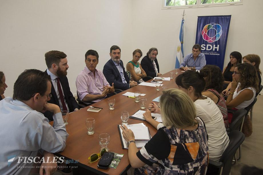 Los representantes del MPF, durante el encuentro con Claudio Avruj. - Foto: Claudia Conteris/ Ministerio Público Fiscal/www.fiscales.gob.ar