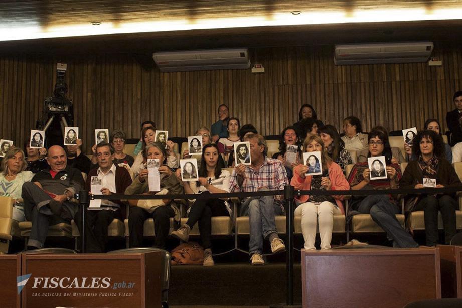 El público muestra las fotos de las víctimas en una de las audiencias celebradas a lo largo de tres años y medio de debate.  - Foto: Mechi Ferreyra / HIJOS Córdoba