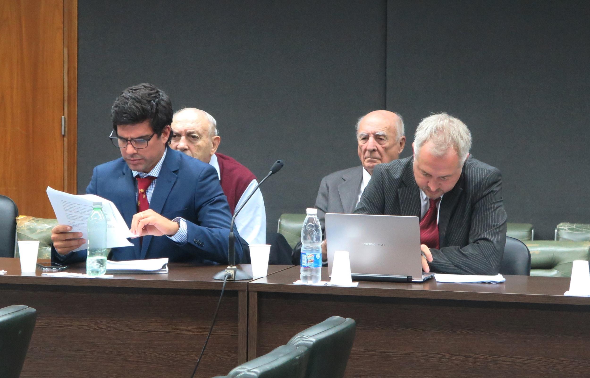 Marquiegui y Arrillaga siguen el debate a espaldas de los  defensores.  - Foto: Belén Cano / Fiscalía General de Mar del Plata.