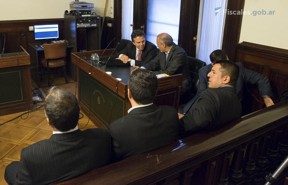 Los tres policías acusados y sus abogados defensores.  - Fotos: Claudia Conteris/Ministerio Público Fiscal/www.fiscales.gob.ar