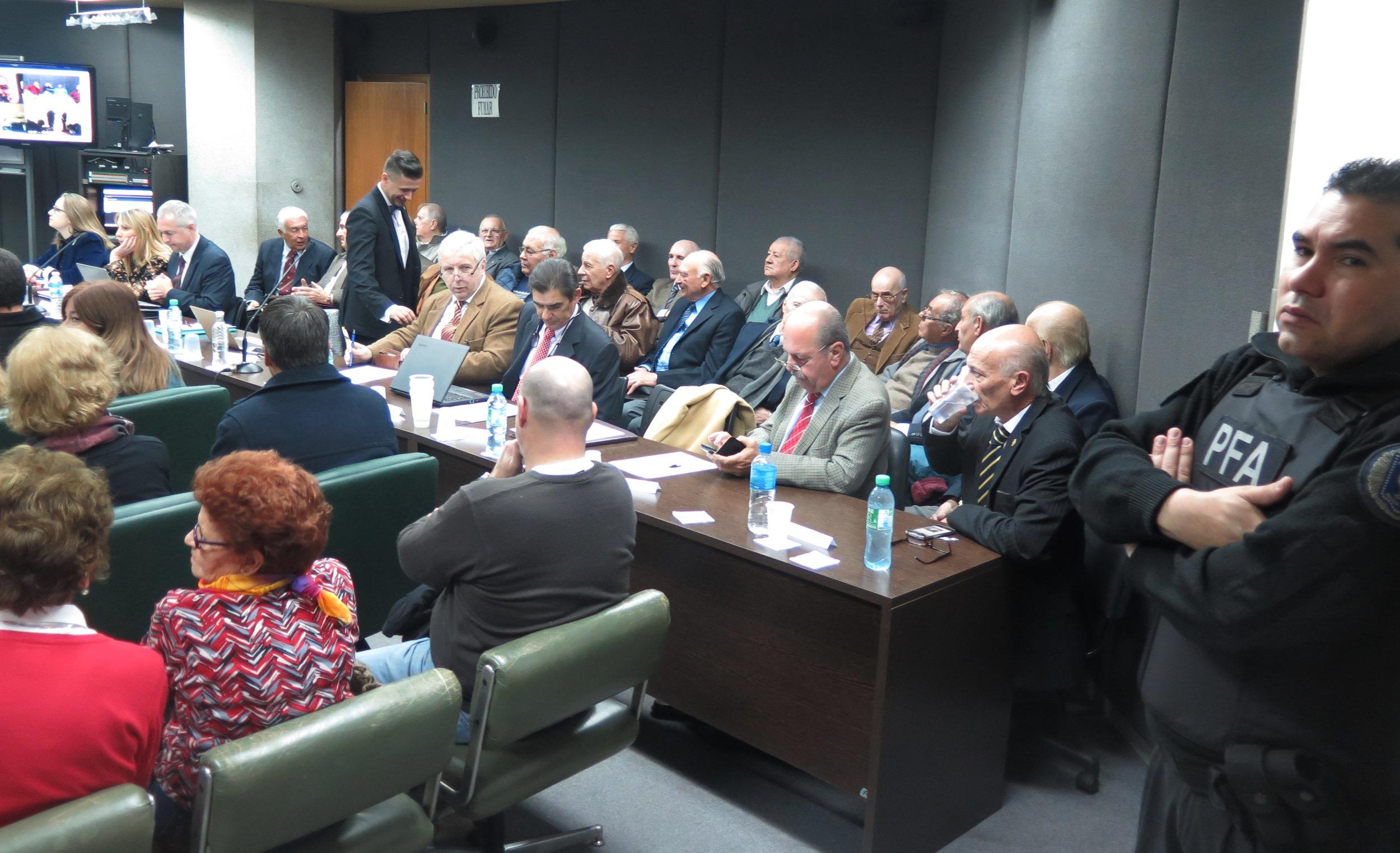 28 acusados llegaron a juicio oral y público. La mayoría siguió el debate desde la sala de audiencias y otros lo hicieron por videoconferencia. - Foto: Belén Cano / Fiscalía General de Mar del Plata
