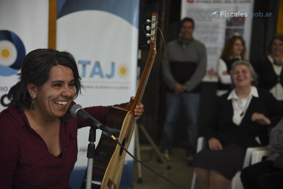 """La cantante Marita Moyano, acompañada por su guitarra, entonó """"Dignificada"""", de Lila Downs. - Foto: Claudia Conteris/ Ministerio Público Fiscal/www.fiscales.gob.ar"""
