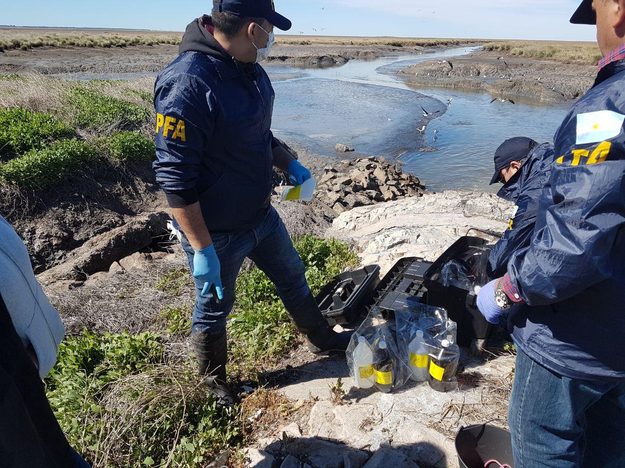 Se tomaron muestras de vertidos líquidos, tanto en el interior de la plantas como sobre la ría, y también de peces y moluscos. - Fotos: Prefectura Naval y Policía Federal / Imágenes remitidas por la Fiscalía General de Bahía Blanca.