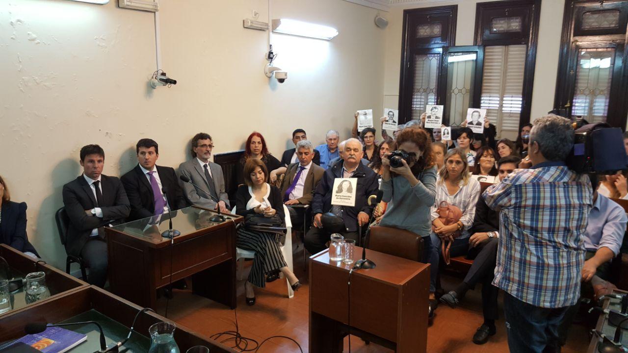 A la izquierda, los fiscales Trotta y Gonella, quienes habían pedido penas de entre dos y siete años de prisión para los cuatro ex magistrados.  - Fotos: Gentileza de Daniel Cáceres.