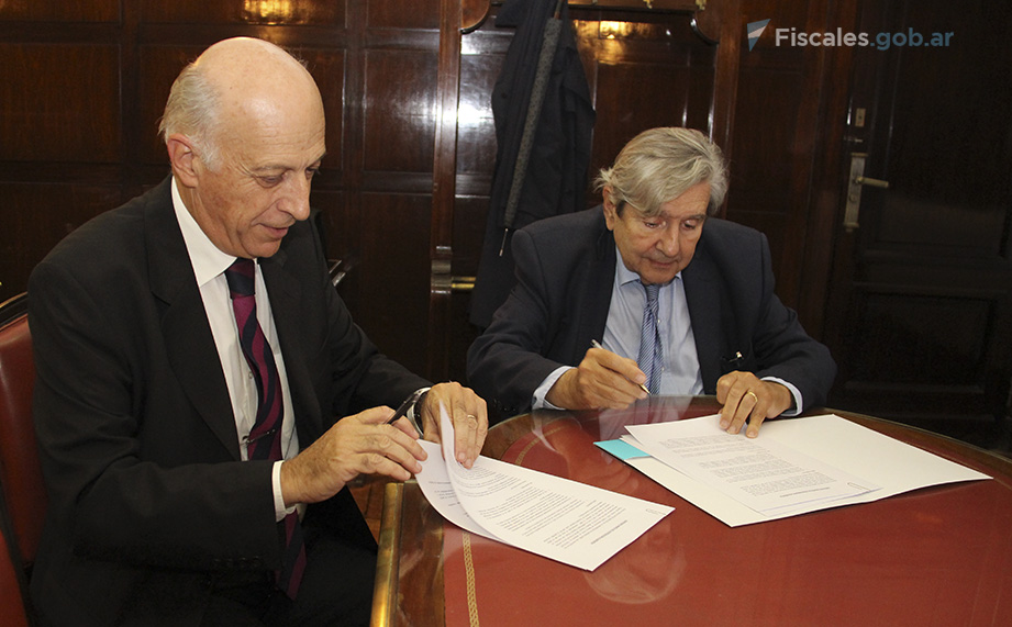 El procurador general Eduardo Casal y el decano de la Facultad de Derecho de la UBA Alberto Bueres, durante la firma del convenio. -