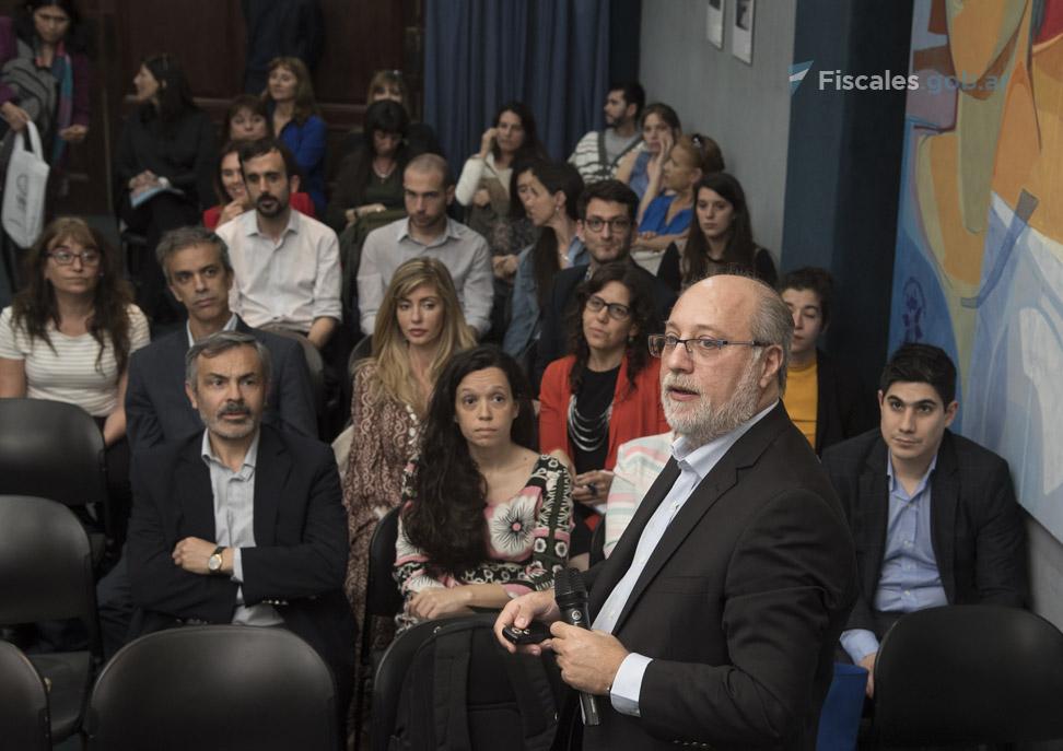 El procurador fiscal Víctor Abramovich estuvo a cargo de la primera jornada del curso. - Foto: Claudia Conteris/ Ministerio Público Fiscal/www.fiscales.gob.ar