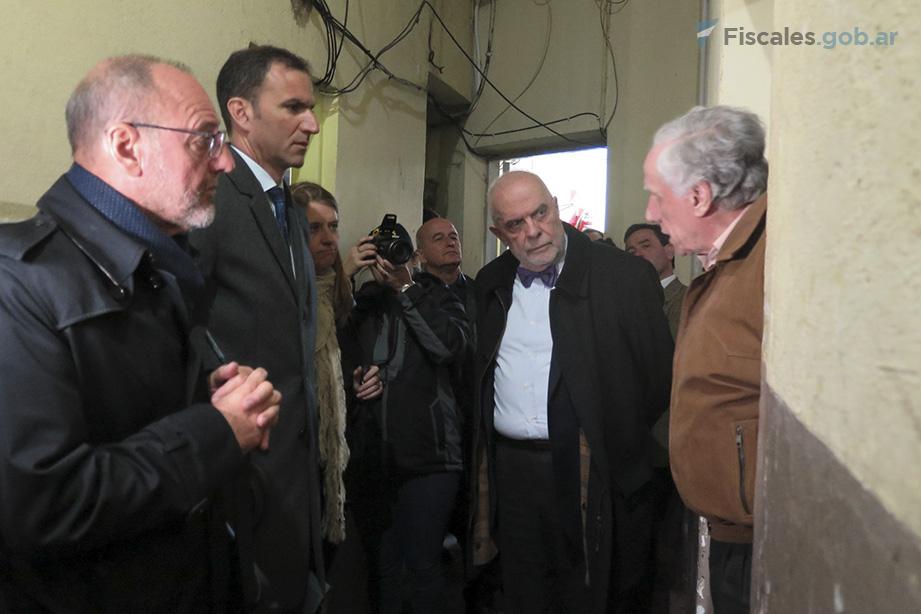 Víctimas y fiscales, durante la inspección ocular en la Comisaría de Miramar. -