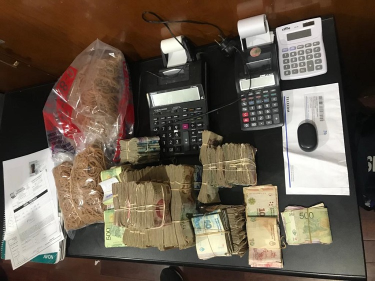 Parte de los elementos secuestrados durante uno de los allanamientos realizados en la investigación. -