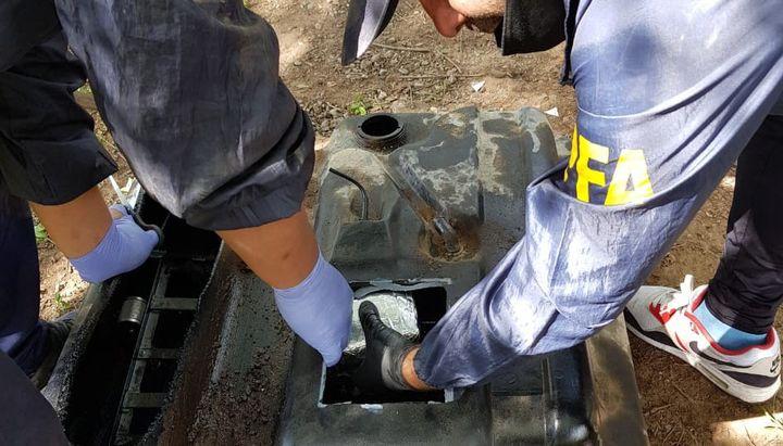 La marihuana estaba oculta en el tanque de combustible de una Ford F-100. - Foto: Policía Federal Argentina.