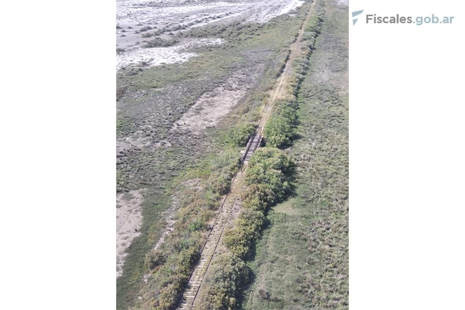 La vía que, según el Testigo H, habría tomado Facundo tras solicitarle que lo deje en un cruce ferroviario de la Ruta Nacional N°3.  - Fotografía tomada por la fiscalía durante un reconomiento aéreo.