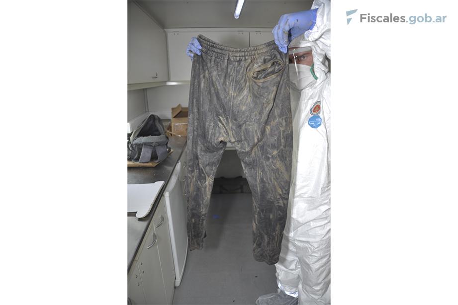 El pantalón que Facundo llevaba puesto el 30 de abril fue hallado -con daños- dentro de su mochila. La mochila fue encontrada intacta casi un mes después cerca del lugar donde apareció el cuerpo. - Foto: equipo fiscal.