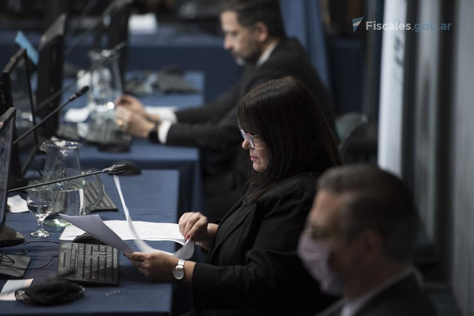La presidenta del Tribunal de Enjuiciamiento,  Adriana Donato, lee la parte dispositiva.  - Foto: Claudia Conteris/Fiscales.gob.ar